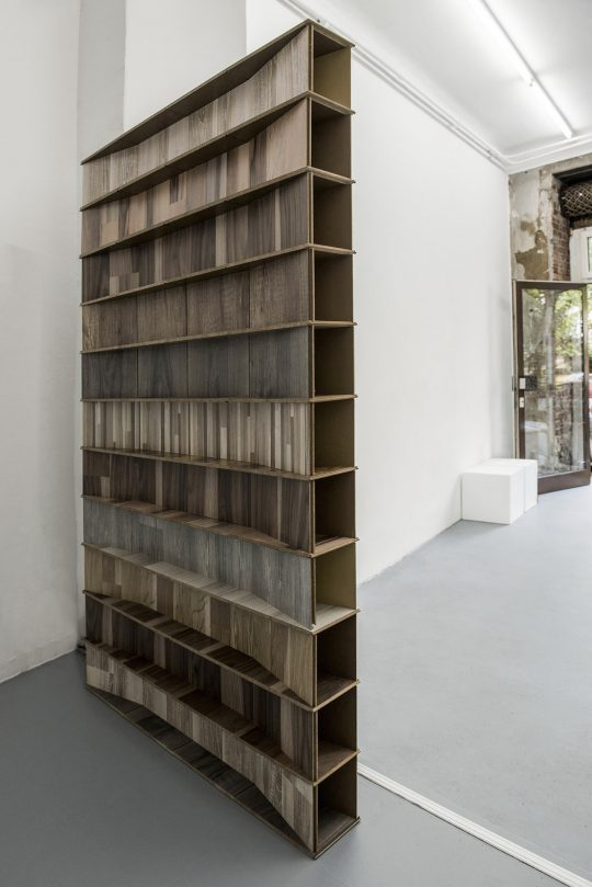Laminate \r<br>130 x 78,3 x 11 cm\r\n \r\nPhoto: Ute Schendel, courtesy Galerie Gilla Loercher