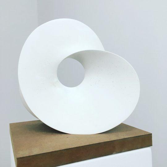 Artestone (weiß) \r<br>30 x 34 x 13 cm\r\n\r\nPhoto: Gilla Loercher