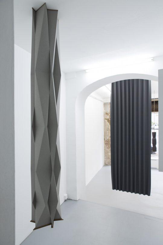 Paper, wood, \r<br>200 x  Ø 38 cm\r\n\r\nPhoto: Pablo Ocqueteau, courtesy Galerie Gilla Loercher