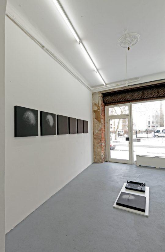 Record player, wood, nylon \r<br>125 x 60 cm \r\n(dimensions variable)\r\n\r\nPhoto: Cordia Schlegelmilch, courtesy Galerie Gilla Loercher