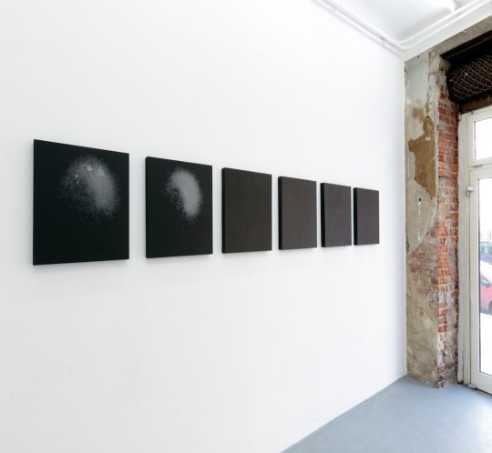 Installation / Edition 1/7, \r<br>7 supernovas, 7 black wholes, \r\n7 boards, chalk, paint on wood \r\n50 x 50 cm each\r\n\r\nPhoto: Cordia Schlegelmilch, courtesy Galerie Gilla Loercher