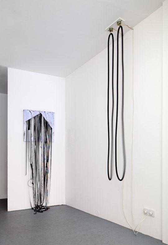 2 motors, 2 rubber loops \r<br>Unique \r\n220 x 50 x 50 cm\r\n\r\nMixed Media \r\nUnique \r\n195 x 60,5 x 32 cm\r\n\r\nPhoto: Cordia Schlegelmilch, courtesy Galerie Gilla Loercher