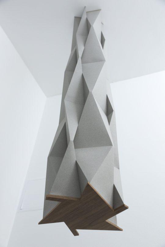 Paper, wood \r<br>200 x  Ø 38 cm\r\n \r\nPhoto: Pablo Ocqueteau, courtesy Galerie Gilla Loercher