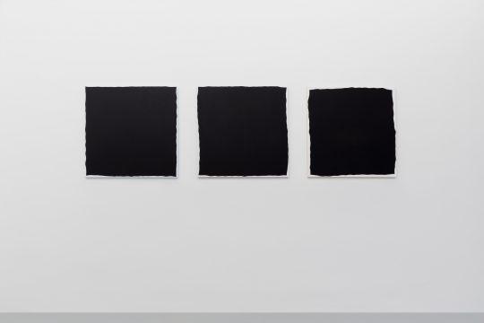 Acrylic on canvas sur tissu, 80 x 80 cm \r<br>NC 1522 \r\nA (jaune) - B (rouge) - C (bleu) \r\n\r\nCourtesy Galerie Jean Brolly, Paris \r\n\r\nPhoto: CHROMA / Galerie Gilla Loercher, courtesy Galerie Gilla Loercher