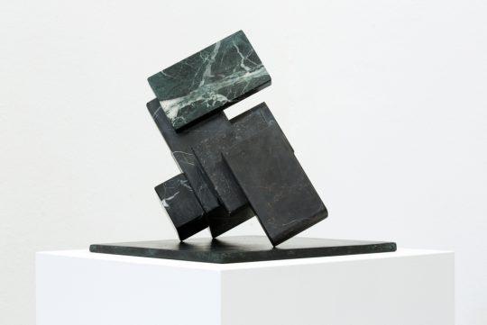 Marble and bronze, wooden pedestal \r<br>128 x 35 x 35 cm \r\n\r\nPhoto: Cordia Schlegelmilch, courtesy Galerie Gilla Loercher