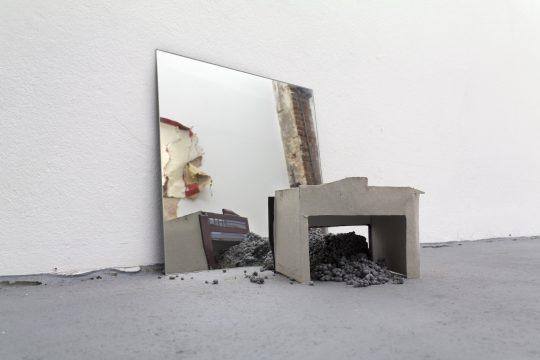 Mirror, photography, stones, card paper \r<br>45 x 45 x 40 cm \r\n\r\nPhoto: Manuel Salvat