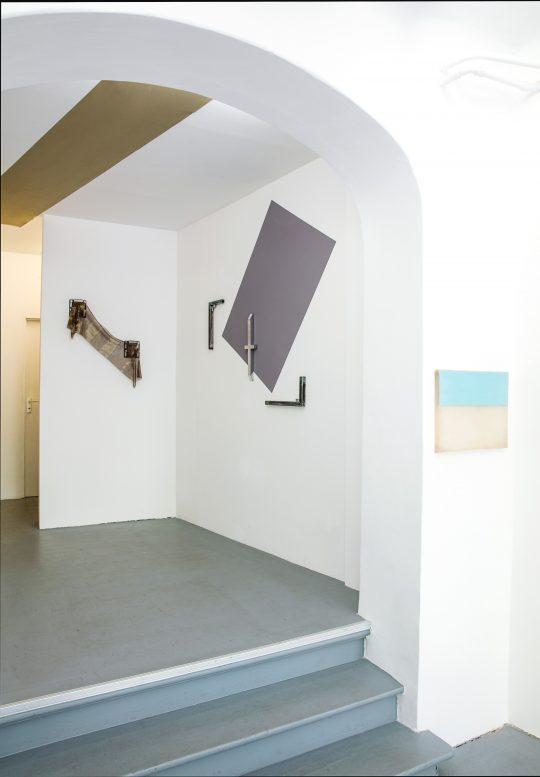 Ceiling: Quentin Lefranc, left: John Cornu, 2nd right: Antonin Kremer, right: Etienne Bossut \r<br>\r\nPhoto: Cordia Schlegelmilch, Courtesy Galerie Gilla Loercher
