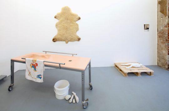 Acrystal, pulverbeschichteter Stahl, Plastazote, Aluminium, \r<br>Love Doll Bones (Gips) \r\n170 x 61 cm x Höhe variabel \r\n\r\nPhoto: Cordia Schlegelmilch, courtesy Galerie Gilla Loercher