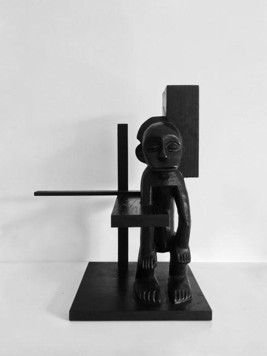 John Cornu, Atlantes et cariatides, 2021\r<br>Afrikanische statue, wood, ink, wax,\r\n45 x 30 x 40 cm\r\nFoto: John Cornu