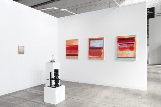 Paintings by Claudia Zweifel, sculptures by John Cornu. Booth Galerie Gilla Loercher at POSITIONS Berlin art fair 2021. Foto: CHROMA